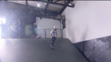Em Guarujá, projeto social ensina garotos a arte do skate - Em Vicente de Carvalho, um projeto social está levando a garotada a descobrir o skate da melhor maneira possível.