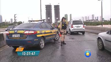 Buraco fechado na BR-230 volta a ceder e rodovia é novamente interditada em João Pessoa - O tráfico que tinha sido liberado no fim da tarde de ontem teve que ser interditado novamente hoje por causa do mesmo problema.
