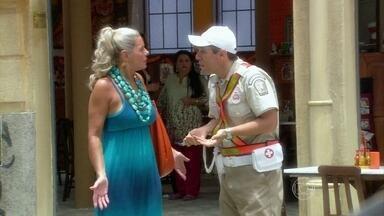 Abel dá lição de trânsito para Chiara - O guarda repreende Chiara por querer atravessar a rua fora da faixa