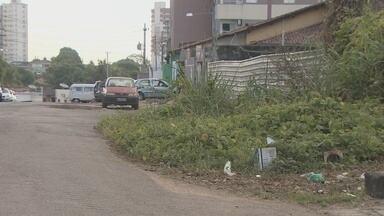 Mato alto invade calçadas, em Porto Velho - De acordo com código de postura do município, a limpeza das calçadas é de responsabilidade do proprietário do terreno.
