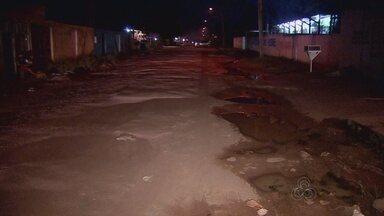 Motoristas sofrem com rua que dá acesso ao município de Santana por buracos e poeira - Em Santana, moradores da primeira rua por onde se pode entrar na cidade também não estão nada satisfeitos. Por lá o que dá dor de cabeça são os buracos e a poeira.