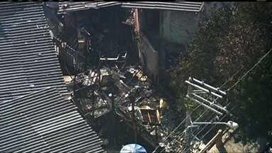 Criança e o padrasto morrem carbonizados em incêndio na zona oeste - O incêndio mobilizou oito equipes dos bombeiros, que apagaram o fogo em uma hora. O homem e a criança não conseguiram escapar das chamas.