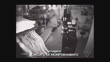 Polícia passa o dia procurando por criminosos que atacaram shopping em Guarujá - Ação da quadrilha deixou prejuízo para lojistas da região.