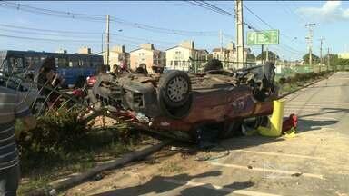 Veículo capota e deixa dois feridos perto de cemitério em São Luís - Veículo capota e deixa dois feridos perto de cemitério em São Luís
