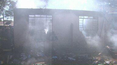 Avô e dois netos morrem em incêndio - Os três estavam em uma casa que pegou fogo na manhã desta quarta-feira (29) no distrito de Iguatemi, em Maringá.
