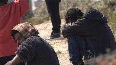 Migrantes clandestinos invadem túnel que liga a França à Inglaterra - Um sudanês morreu. Desde junho, foi a nona morte entre pessoas que se arriscam nessa travessia.
