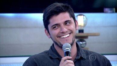 Bruno Gissoni sobre ciúmes dos irmãos: 'Todo mundo queria mostrar serviço para nosso pai' - Com muitos irmãos, ator comenta que disputava atenção do pai capoeirista