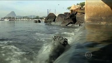 Estudo aponta risco pra atletas de provas aquáticas nas Olimpíadas do Rio - As grandes manchas de poluição vistas do alto. A água esverdeada, cheia de algas que se alimentam do esgoto. As bolhas, a sujeira e o mau cheiro. Sinais evidentes de um problema antigo, mais uma vez exposto.