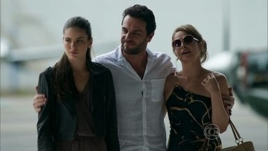 Alex se declara para Carolina e Angel ao mesmo tempo - Empresário promete que os três serão felizes juntos