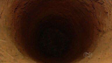 Menino é resgatado após cair em cisterna de 7 m de profundidade - Vizinho jogou uma corda e puxou o garoto, em Aparecida de Goiânia, GO. Após ser retirado, ele foi levado a um hospital; apesar do susto, ele saiu ileso.