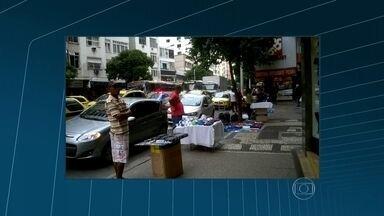 Vendedores ambulantes e pedestres dividem espaço nas calçadas de Copacabana - Moradores denunciam a situação numa das principais vias do bairro da zona sul do Rio. Em alguns pontos, o comércio informal atrapalha a circulação de pedestres nas calçadas.