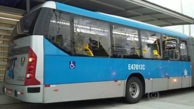 Ônibus BRT é atingido por vários tiros - A tentativa de assalto aconteceu porco antes das 6h. A troca de tiros atingiu o ônibus. Várias janelas ficaram totalmente quebradas.