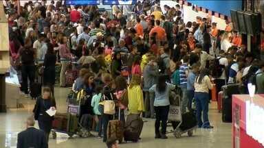 Passageiros reclamam de atrasos e tarifas mais caras nos aeroportos brasileiros - Na volta das férias, não foi só o movimento dos aeroportos que aumentou, as reclamações também. Passagens mais caras e passageiros irritados com atrasos nos voos. As empresas culpam a falta de estrutura dos aeroportos.