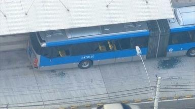 Passageiros que estavam dentro de ônibus ficam feridos em tiroteio no RJ - O ônibus ficou na linha de tiro entre os bandidos que tentaram roubar um carro e um homem que, segundo a polícia, reagiu. Ação aconteceu na zona norte do Rio.