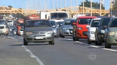 Invadir faixa exclusiva de ônibus é considerada infração gravíssima - Nesta sexta-feira (31) entram em vigor as mudanças no Código Brasiliero de Trânsito. A medida vale para todo o país.