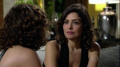 Yvone consola Sívia - Sílvia se sente culpada por ter irritado Raul e não ter deixado o marido conversar a sério com ela. Yvone tenta alegrar a amiga
