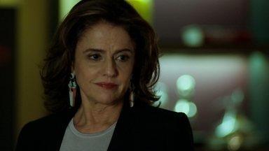 Fanny decide fazer um pedido a Alex - Empresária explica que não pode levar Anthony à casa do empresário