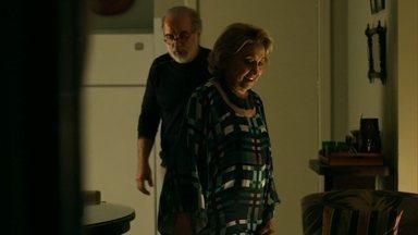 Fábia visita Oswaldo - Hilda fica apreensiva por não ter notícias de Carolina e decide procurar Oswaldo