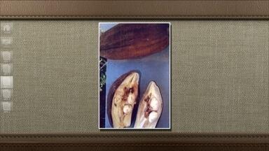 Fruto da árvore monguba possui sementes comestíveis - Monguba, também chamada mamorana ou castanha-da-água é nativa da Amazônia, mas hoje é muito usada pra enfeitar praças e parques de outras regiões do país. os frutos maduros se abrem naturalmente e as sementes podem ser torradas e consumidas.