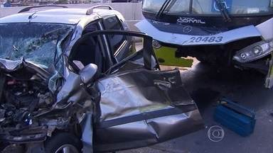 Acidente deixa feridos em viaduto do Centro de Belo Horizonte - Carro invadiu a pista exclusiva para ônibus e bateu de frente com um veículo do Move.