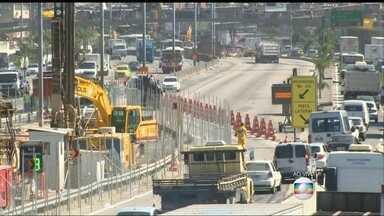 Obras na Avenida Brasil, no RJ, complicam o trânsito na região - O trânsito na Avenida Brasil, que costuma ser complicado, tem causado transtorno aos motoristas. Uma pista está fechada, no sentido Zona Oeste, para obras do BRT Transbrasil. O motorista tem poucas alternativas.