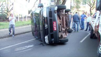 Van capota ao ser atingida por carro que furou a preferencial em Foz do Iguaçu - O motorista do carro fugiu.