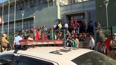 Manifestantes do MST invadem prédio da Receita Federal em SC - Manifestantes do MST invadem prédio da Receita Federal em SC