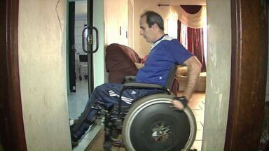 Trabalhador quer ajuda para voltar ao mercado em cadeira de rodas - O cadeirante que sempre trabalhou no portal moveleiro de Arapongas precisa de apoio para conseguir um novo emprego. Além de capacitação ele depende de uma nova cadeira de rodas para conseguir trabalho.