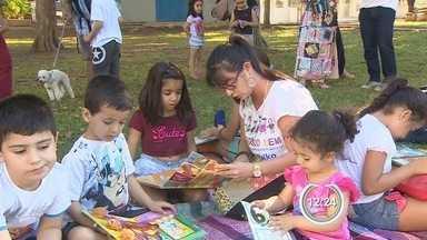 Trabalho voluntário incentiva leitura em Taubaté, SP - Criançada foi convidada para ler e ouvir histórias na praça Santa Terezinha.