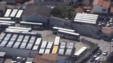Ônibus voltam a circular no Recife após paralisação - Paralisação começou às 4h desta segunda-feira (3) e foi até às 10h. Dois milhões de passageiros ficaram sem transporte.