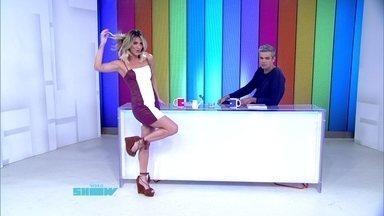 Giovanna Ewbank mostra look do dia e faz pose - Apresentadora exibe vestido e sandália folk