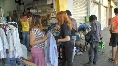 Projeto recolhe roupas e acessórios para pessoas carentes - Peças foram expostas em loja da capital. Pessoas que precisavam de roupas, podiam escolher o que precisavam