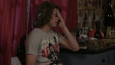 Pedro teme que Karina esteja grávida - O guitarrista pensa na reação de Gael quando descobrir a gravidez da filha