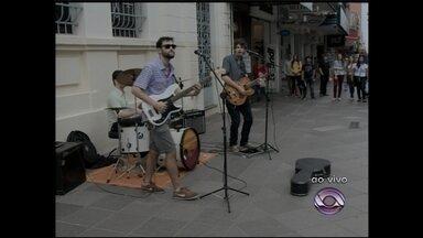 Banda faz show surpresa no Calçadão de Santa Maria, RS - A banda fez uma campanha na internet para conseguir gravar um cd e o show foi uma forma de agradecer à comunidade que ajudou.
