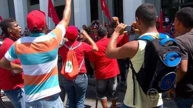 Integrantes do MST ocupam o prédio do Ministério da Fazenda no Recife - Eles quebraram vidros, portas e janelas.
