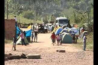 Integrantes do MST montam acampamento às margens da estrada de ferro Carajás - Eles pedem agilidade na desapropriação de terras no estado.