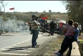 Integrantes do MST interditam BR-135 - Movimento quer posse de terras e produtores rurais pedem suspensão de taxas.