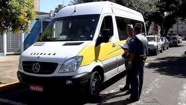 Polícia faz operação em cidades do noroeste paulista contra transporte escolar clandestino - A Polícia Militar faz uma operação em várias cidades do noroeste paulista contra o transporte escolar clandestino. Além das leis de trânsito comuns para qualquer veículo, quem se presta a carregar estudantes têm que seguir uma série de regras específicas.