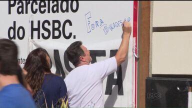 Bancários protestam contra a venda do HSBC, na Rua XV - O banco HSBC foi vendido para o Bradesco, por R$ 18 bilhões. Na tarde desta segunda-feira (03), bancários protestaram contra a venda do banco e pediram a garantia do emprego.