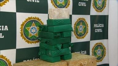 Polícia do Rio apreende goiano suspeito de tráfico de drogas - Jovem foi detido transportando cerca de 15 quilos de pasta base de cocaína.