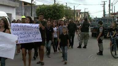 Estudantes do bairro do Graciliano Ramos fazem passeata pedindo mais segurança - Neste ano, quatro alunos morreram vitimas de assalto. Alunos e professorem organizaram um protesto pelas vias do bairro.