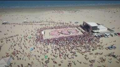 Ação do Coração reúne centenas em praia de Santos, SP - Doações também foram feitas por colaboradores
