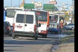 Motoristas circulam por acostamento na BR-316 - Desrespeito à legislação de trânsito é frequente na área.