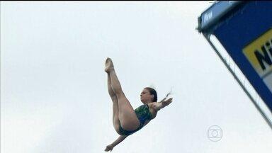 Mundial de esportes aquáticos tem dia de saltos para corajosos - Brasileira fez manobra difícil antes de pular.