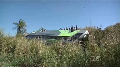 Problema mecânico pode ter sido a causa do acidente com um ônibus interestadual, na BR-010 - O acidente aconteceu próximo a cidade de Imperatriz. Não houve mortes, mas os passageiros tiveram um grande susto.