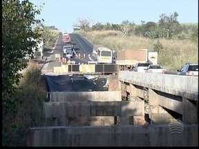 Motoristas reclamam de atraso em obra na ponte do Rio do Peixe - Estrutura está na divisa entre as cidades de Martinópolis e Parapuã.