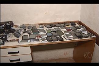 Suspeitos são detidos em Uberlândia após roubo em loja de celulares - Dois jovens e um adolescente foram abordados; outro menor fugiu. Material roubado foi recuperado, entre eles 48 telefones e três filmadoras.