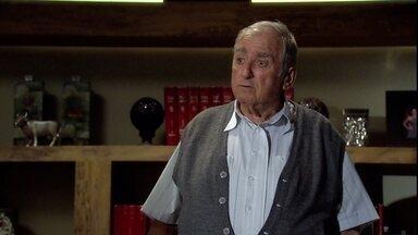 Seu Cadore exige que Raul lhe conte qual é o problema da empresa - Raul diz ao pai que o mercado mudou e nada mais funciona como no tempo dele. Seu Cadore fica ofendido