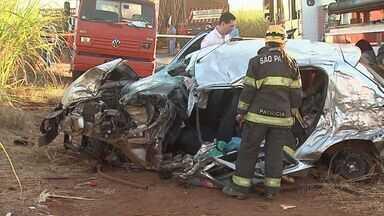 Mulher fica ferida em acidente na Rodovia Alcídio Balbo, em Cruz das Posses - Carro em que a vítima estava bateu em um caminhão que transportava cana-de-açúcar.