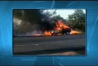 Caminhonete pega fogo na BR-365 próximo a Montes Claros - Curto-circuito no sistema elétrico do veículo pode ter causado o incêndio
